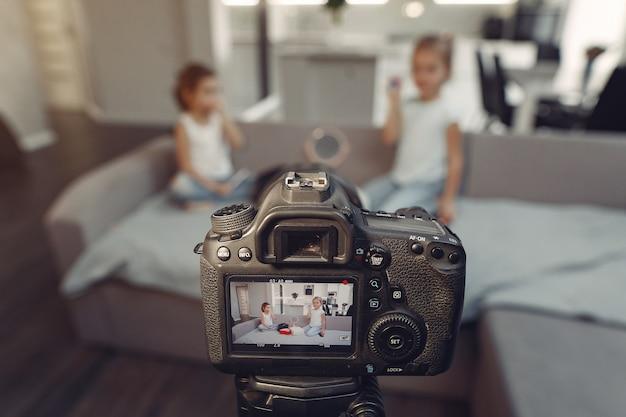 自宅で化粧品のビデオを記録するかわいい小さなブロガー 無料写真