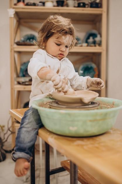 Милый маленький мальчик в классе гончарного дела Бесплатные Фотографии