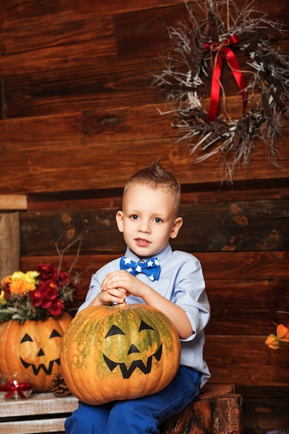 Милый маленький мальчик весело в украшениях хэллоуина Premium Фотографии