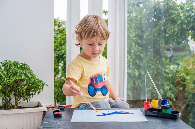 painting Small in chubby boys