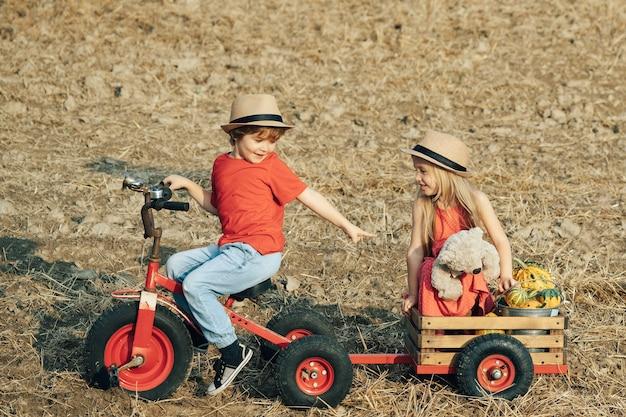 Симпатичные маленькие дети-фермеры Premium Фотографии