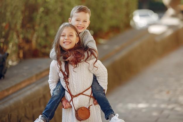 도시에서 쇼핑 가방을 가진 귀여운 어린 아이 무료 사진