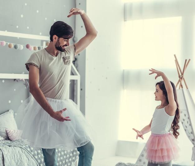かわいい娘と彼女のハンサムなお父さん。 Premium写真