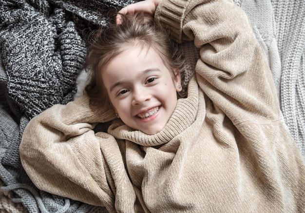 ニットのセーターを着たかわいい女の子。 無料写真