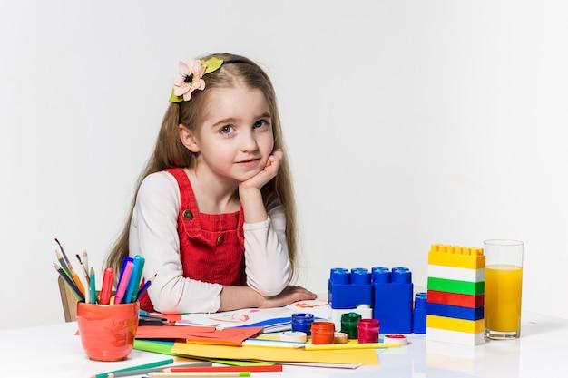 Милый рисунок маленькой девочки с краской и кистью дома Бесплатные Фотографии