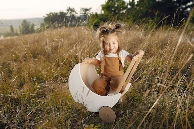 Bambina sveglia che gioca in un parco con il trasporto bianco Foto Gratuite
