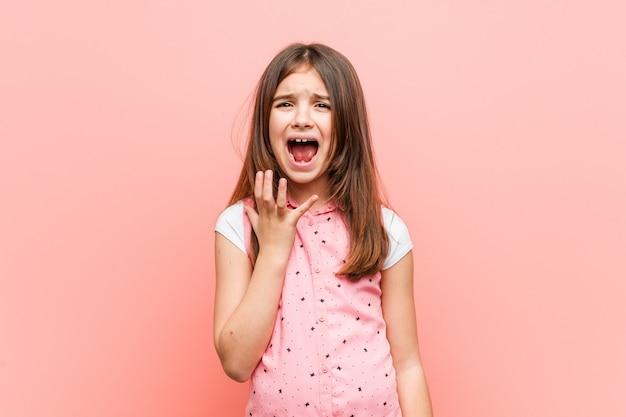 怒りで叫んでいるかわいい女の子 Premium写真