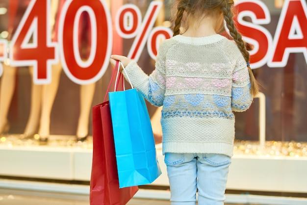 귀여운 소녀 쇼핑 프리미엄 사진