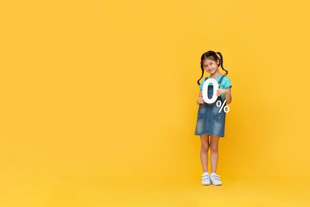 Милая маленькая девочка показывает 0% числа Premium Фотографии
