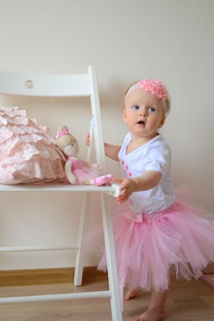 Милая маленькая принцесса на первом дне рождения Premium Фотографии