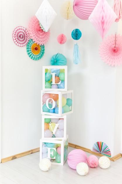 사랑 단어와 함께 귀여운 파티 장식 및 투명 큐브 프리미엄 사진