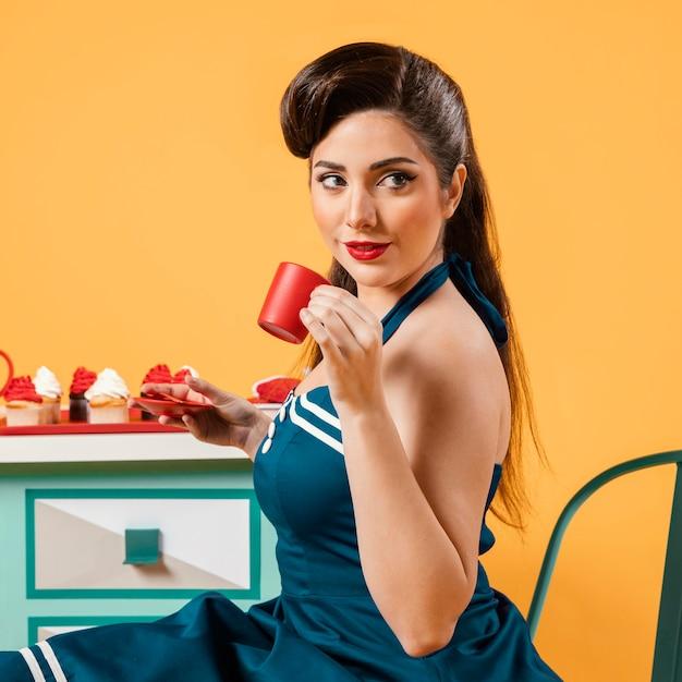 キッチンでかわいいピンナップガール 無料写真