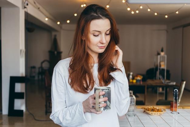 Ritratto di adolescente carino e grazioso che beve caffè Foto Gratuite