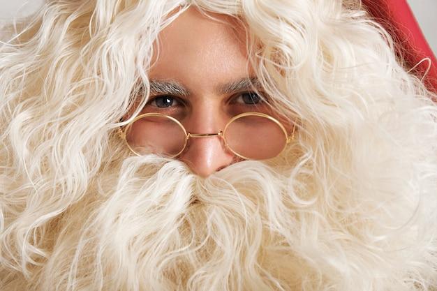 Милый санта с серо-голубыми глазами и золотыми очками, портрет крупным планом Бесплатные Фотографии