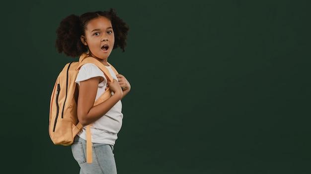 かわいい女子高生と彼女のバックパックのコピースペース Premium写真