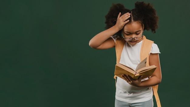 本を読んでかわいい女子高生 Premium写真