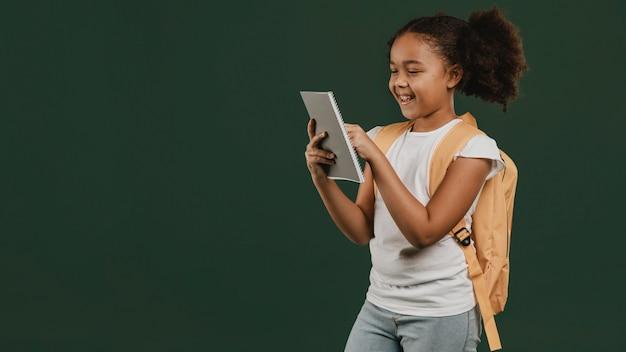 デジタルタブレットを使用してかわいい女子高生 Premium写真