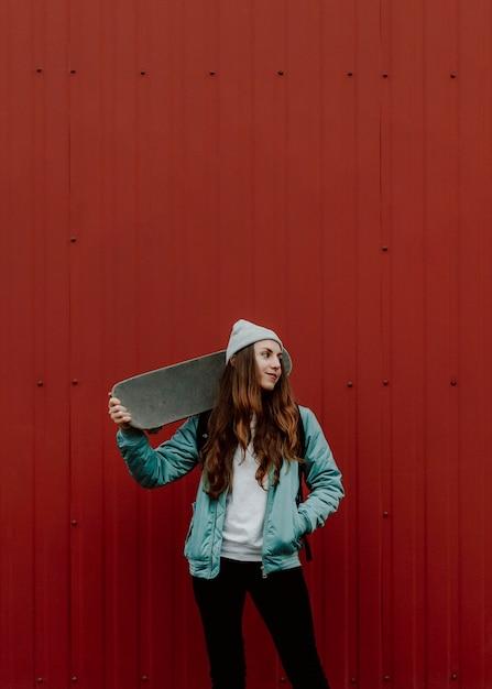 Ragazza carina skater e il suo skateboard Foto Gratuite