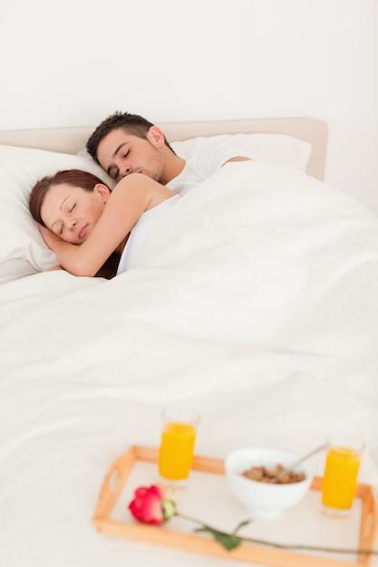 かわいい寝るカップル Premium写真