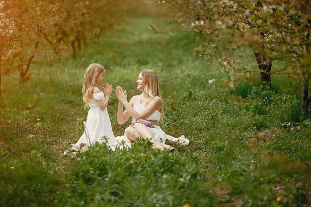 Famiglia carina ed elegante in un parco di primavera Foto Gratuite