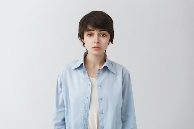 Милая уставшая девочка-сорванец, небинарный человек, смотрящий с разочарованным выражением лица Бесплатные Фотографии