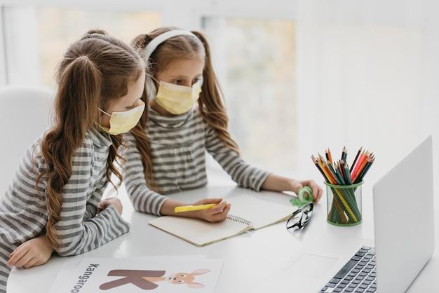 Милые близнецы в медицинских масках внутри Бесплатные Фотографии