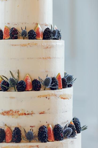 Cute wedding cake Free Photo