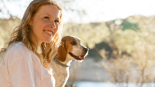 Милая женщина и ее собака на природе Бесплатные Фотографии