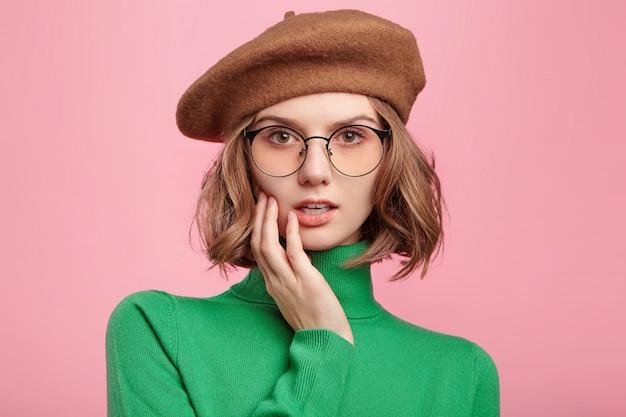 Милая женщина в берете и свитере с высоким воротом Бесплатные Фотографии