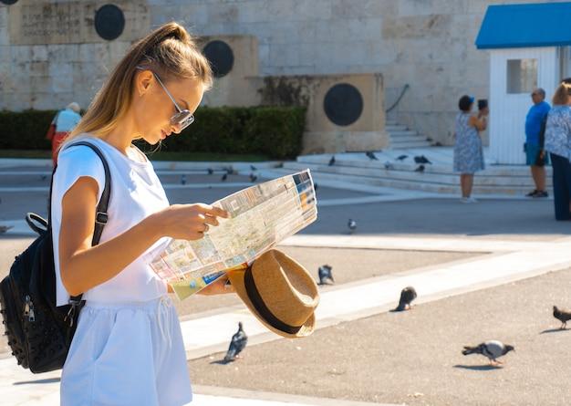 귀여운여자가 거리에서지도에 보이는 프리미엄 사진