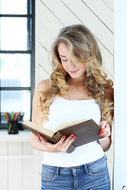勉強しているかわいい女性 無料写真