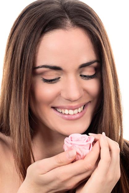 白い背景の上のピンクのバラとかわいい女性 無料写真