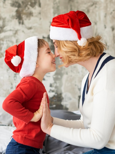 Милая женщина и сын играют на рождество Бесплатные Фотографии