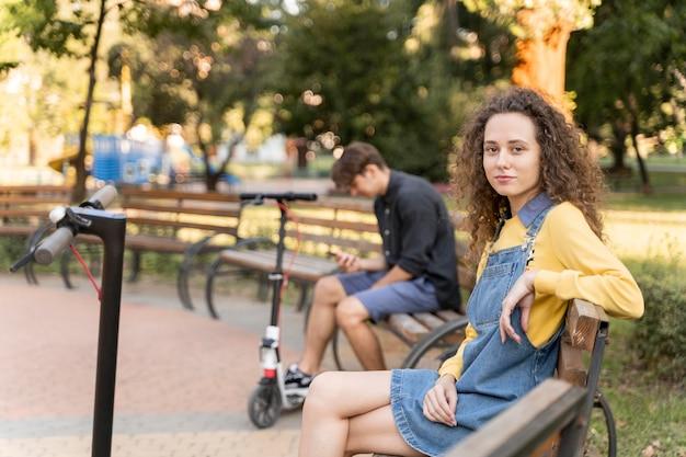Милая молодая пара отдыха на открытом воздухе Бесплатные Фотографии