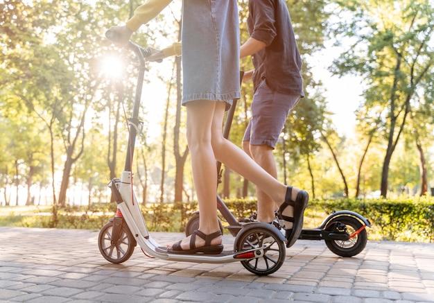 Милая молодая пара на скутере на открытом воздухе Бесплатные Фотографии