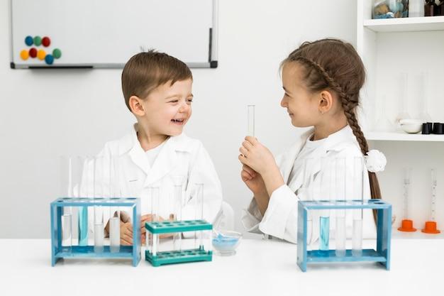Scienziati di ragazzi carini con provette Foto Gratuite