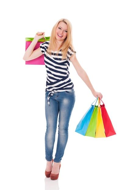 Giovane donna sveglia con piena di borse Foto Gratuite