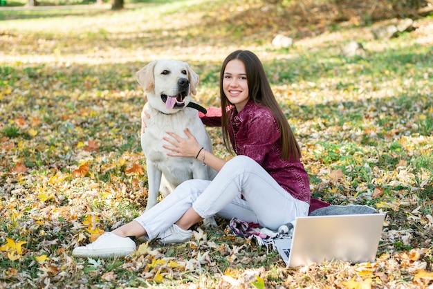 Милая молодая женщина со своим лабрадором Бесплатные Фотографии