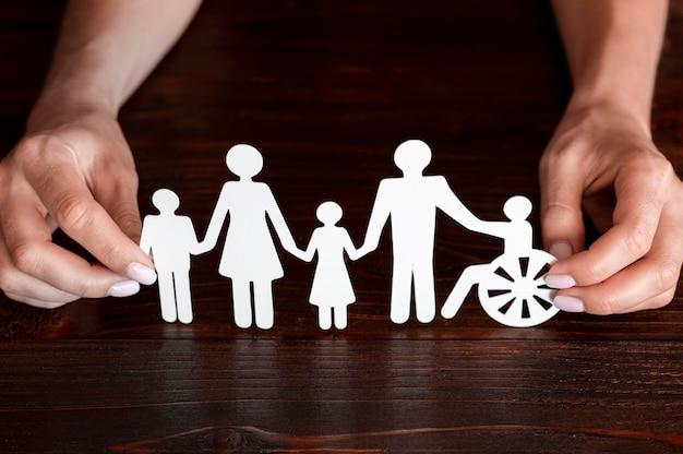 서로 다른 가족 구성원이 함께있는 컷 아웃 용지 무료 사진
