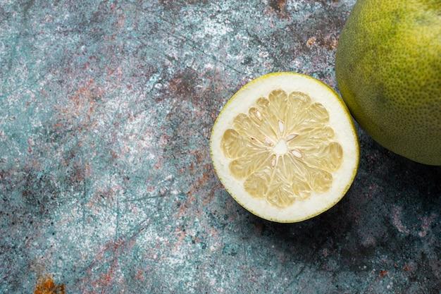 Нарезанный пополам свежий грейпфрут на темном фоне Бесплатные Фотографии