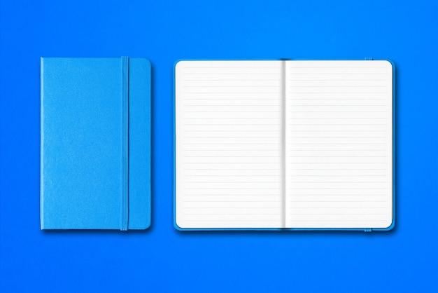 分離されたシアンの開いた裏打ちされたノートブック Premium写真