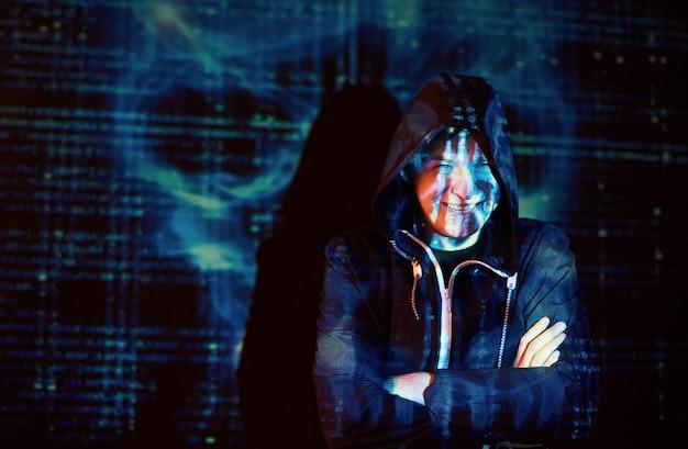Кибератака с неузнаваемым хакером в капюшоне с использованием виртуальной реальности, эффект цифрового сбоя Бесплатные Фотографии