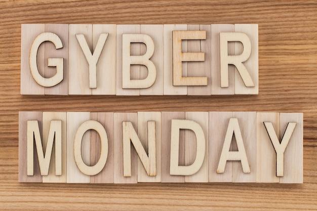 Киберпонедельник - интернет-магазины и маркетинговая концепция - текст, деревянные буквы на деревянном фоне. Premium Фотографии