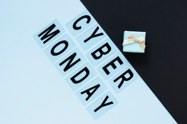 Cyber monday text with gift above it Free Photo