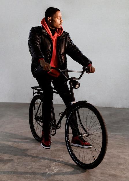 自転車で時間を過ごすサイクリストの男 無料写真