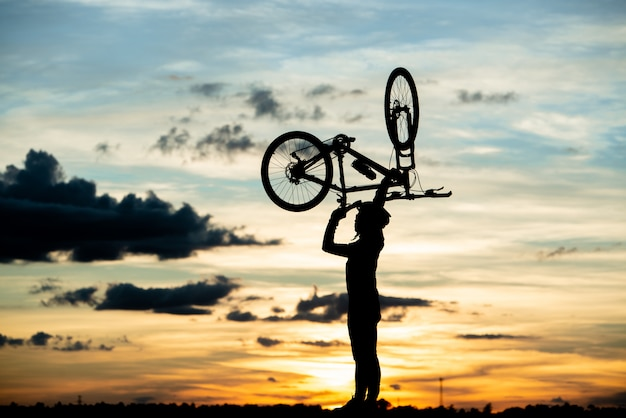 Cyclist resting silhouette at sunset. active outdoor sport concept Free Photo