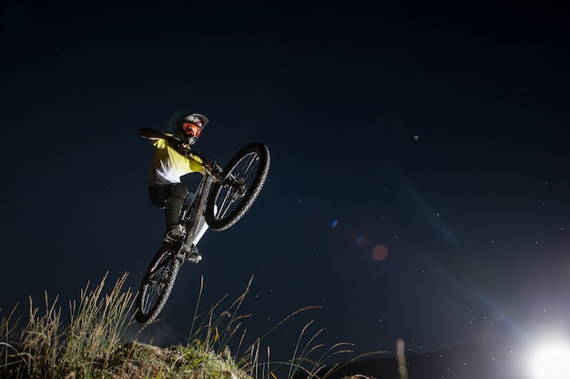 Cyclist riding downhill on mountain bike on the hill Premium Photo