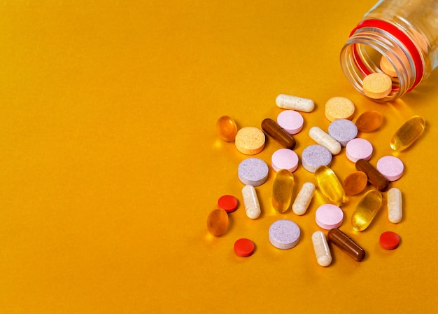 Таблетки из баночки, крупные планы витаминов разных групп, таких как витамины а, в, с, е, d, лютеин + черника, бета-каратин + облепиха, масло черного тимьяна, собранные, омега-3. Premium Фотографии