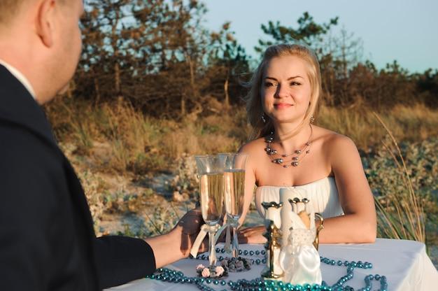海辺の結婚式dで美しいスタイリッシュな陽気な若いカップル Premium写真