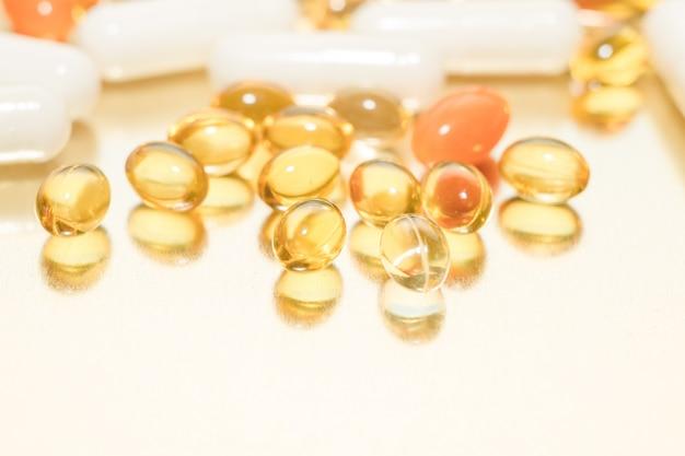 魚油カプセル。ビタミンdの丸薬。 Premium写真